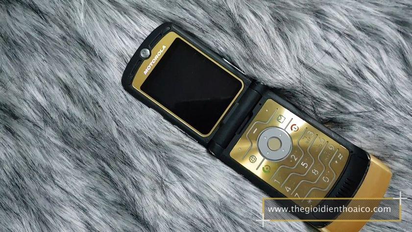 Motorola-v3i-nguyen-zin-chinh-hang-suu-tam-dien-thoai-co-xua-doc-la_8.jpg