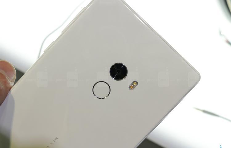 Trên tay Xiaomi Mi MIX phiên bản trắng Ngọc Trinh