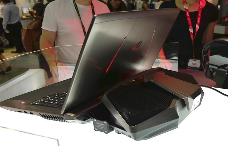 Tại CES 2017, xu thế laptop có kích thước lớn, dày hơn một lần nữa quay trở lại. Nguyên nhân là vì đâu?