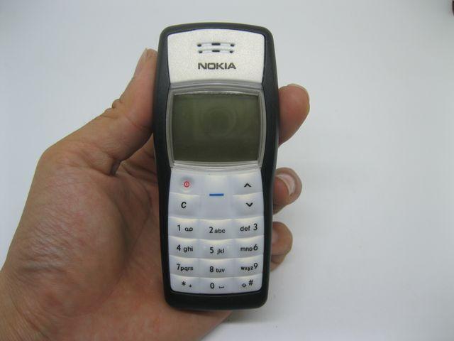 Nokia 1100 màu trắng xám đen mới 99%