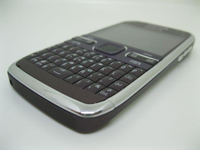 Nokia E72 thập niên năm 2009 màu Tím