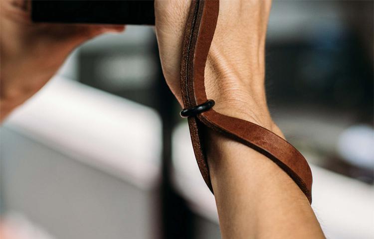 Review dây máy ảnh bằng da Lelo Leather đơn giản mà nhẹ nhàng
