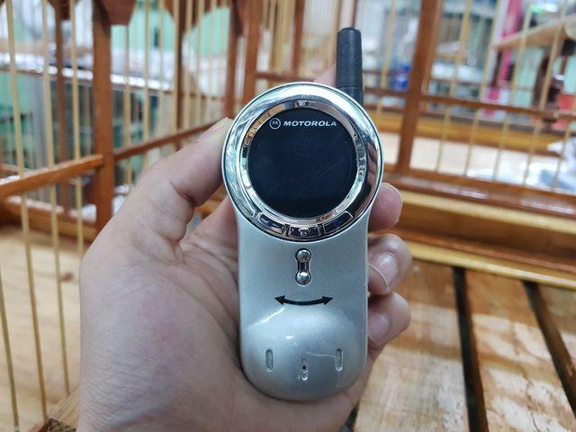 Motorola V70 màu bạc nguyên zin vỏ sơn cát đẹp 98% Ms 2272
