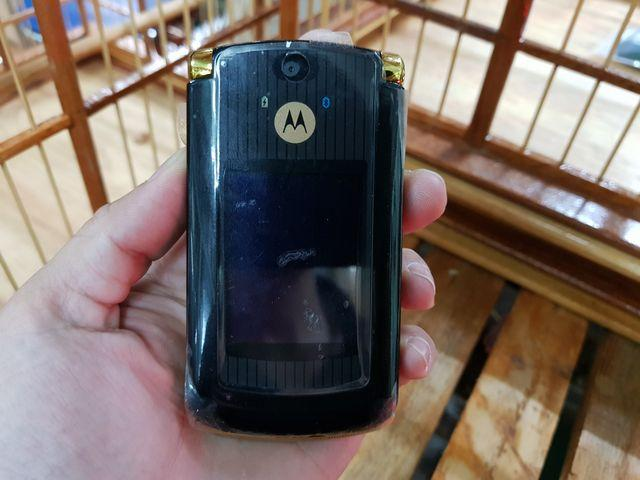 Motorola V8 màu vàng đen đã thay vỏ mới loại zin cực độc đẹp 98% MS 3051