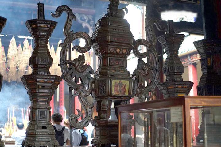 Cổ vật lư đồng pháp lam được trưng bày tại chùa Thiên Hậu