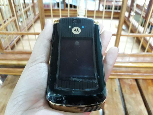 Motorola V8 màu vàng đen nguyên zin chính hãng thay vỏ đẹp 98% - MS 3077
